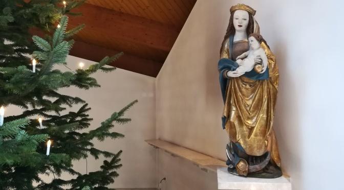Maria und Weihnachtsbaum